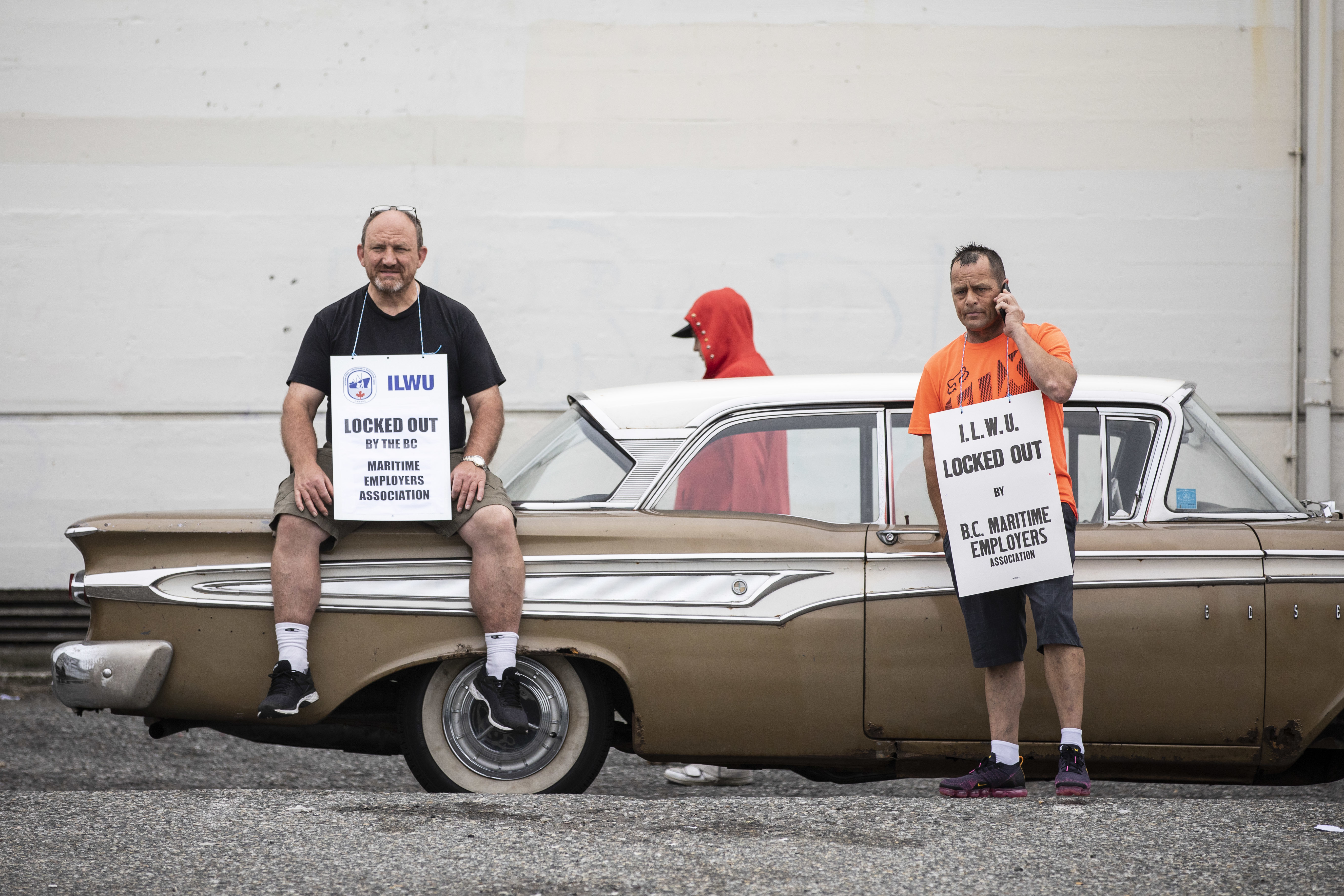 Port workers picket outside of the B.C. Maritime Employers Association in Vancouver on May 30, 2019. (Ben Nelms/CBC)
