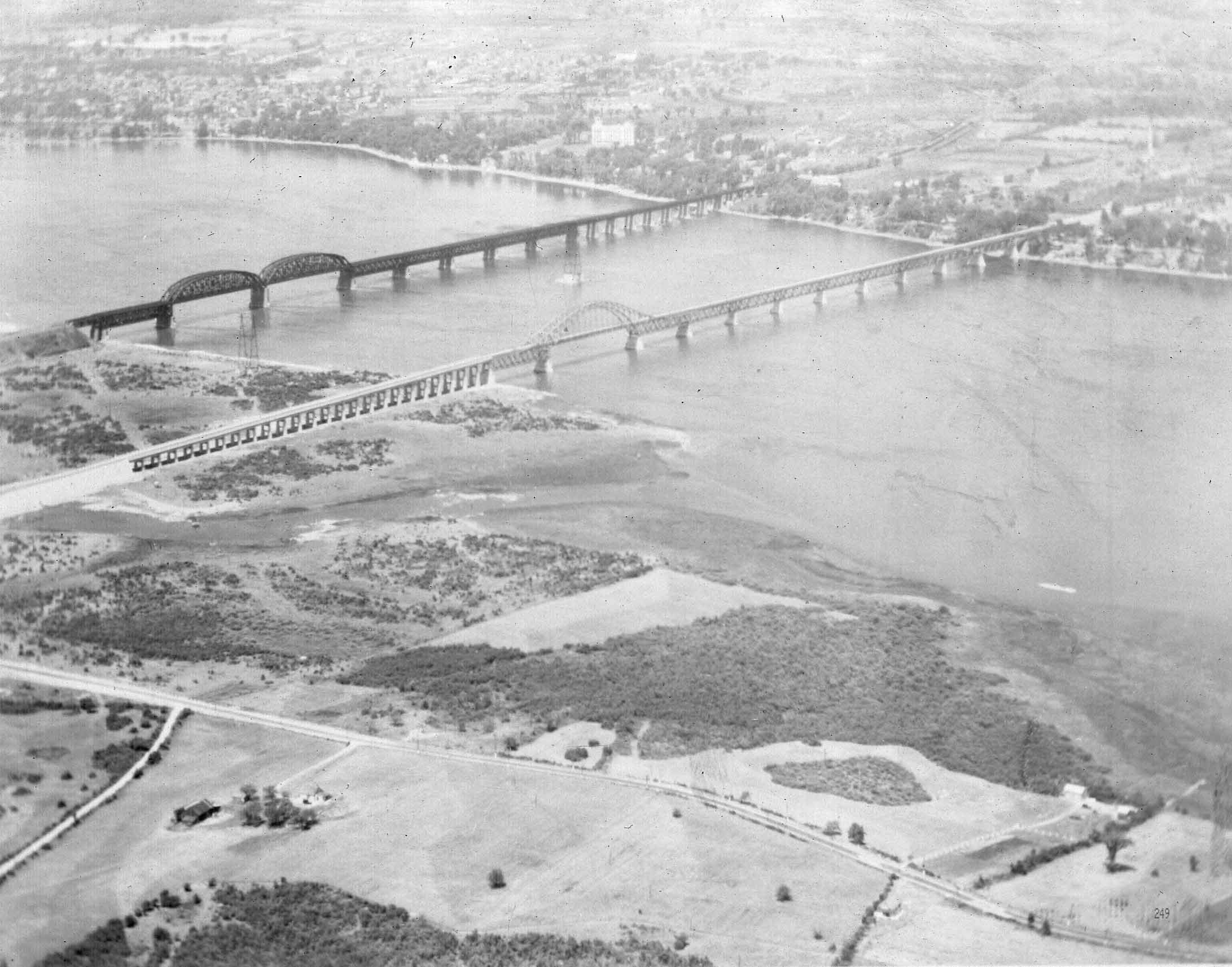 A view of the Honoré Mercier Bridge and Kahnawake, Que., prior to the construction of the St. Lawrence Seaway. (The Kahnawake Photo Archive/ Kanien'keháka Onkwawén:na Raotitióhkwa Language and Cultural Center)