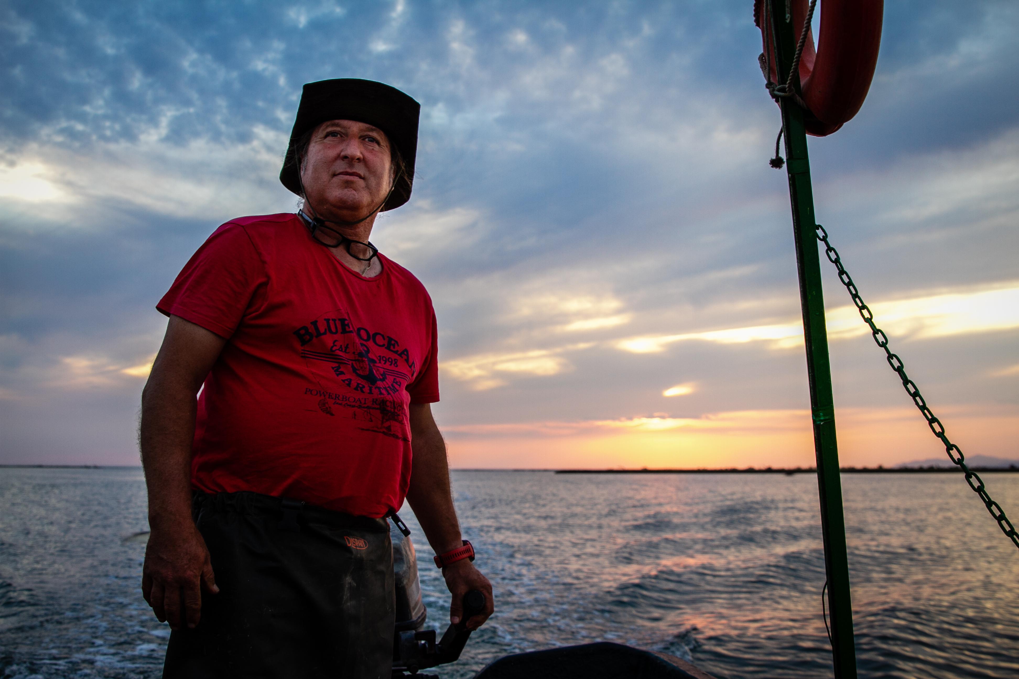 Ο Αλέξανδρος Αδόλης ψαρεύει στον Έβρο.  Τον Φεβρουάριο του 2020, ο Τούρκος πρόεδρος Ρετζέπ Ταγίπ Ερντογάν άνοιξε τα τουρκικά σύνορα και κάλεσε μετανάστες στην Ελλάδα και την Ευρώπη, και αυτός και άλλοι ψαράδες συγκεντρώθηκαν στο ποτάμι.  (Lily Martin / CBC)