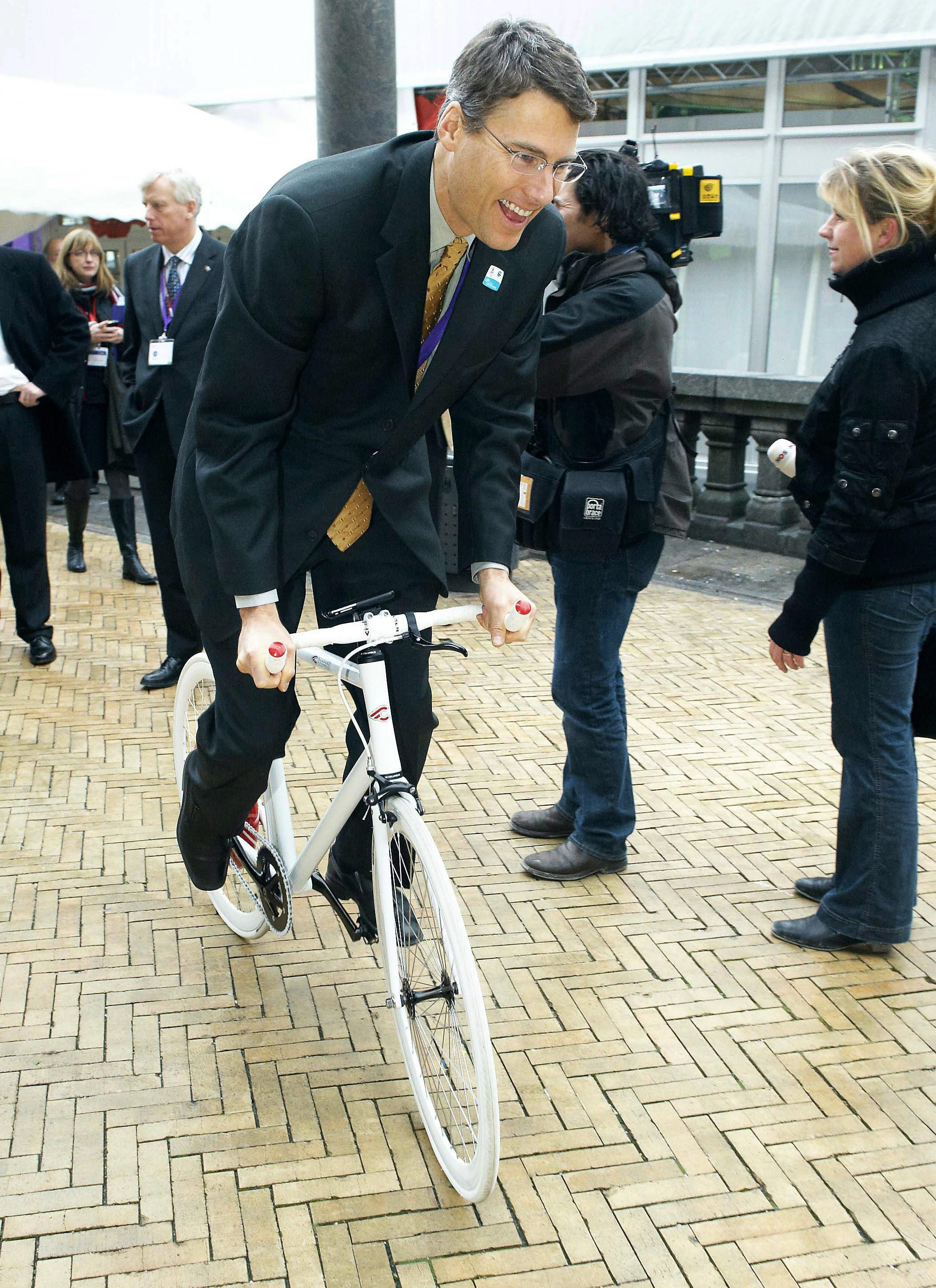 Mayor Gregor Robertson rides a bike during a U.N. climate change conference in Denmark in 2009. (Jens Dige/CP)