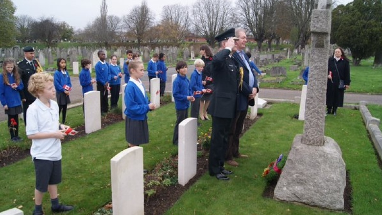 Brig.- Gen Matthew Overton and students from Beatrix Potter Elementary visit the Newfoundland graves in Wandsworth Cemetery in 2015. (Ted Blades/CBC)