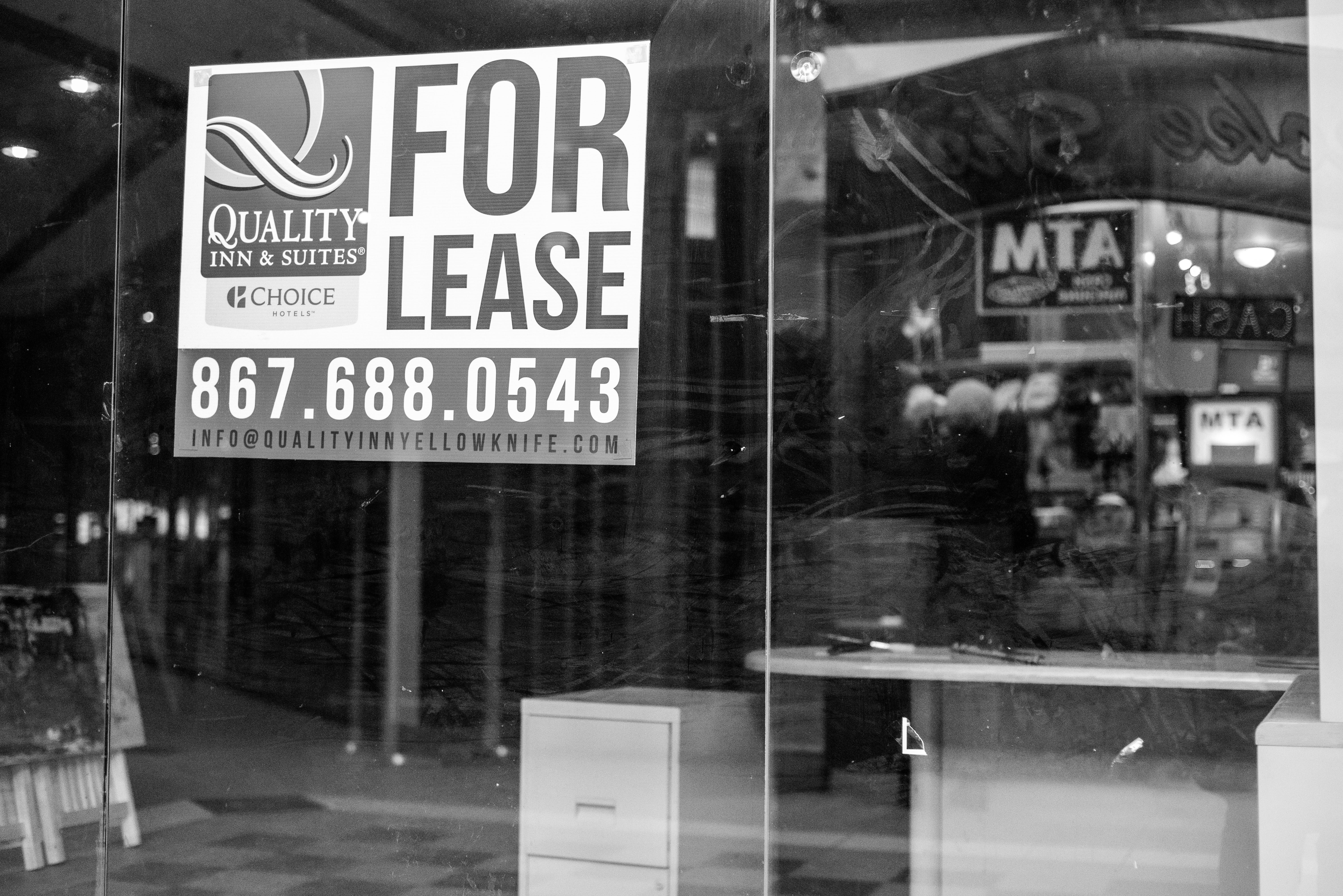 """A """"For Lease"""" sign in Centre Square's upper mall. (Walter Strong/CBC)"""