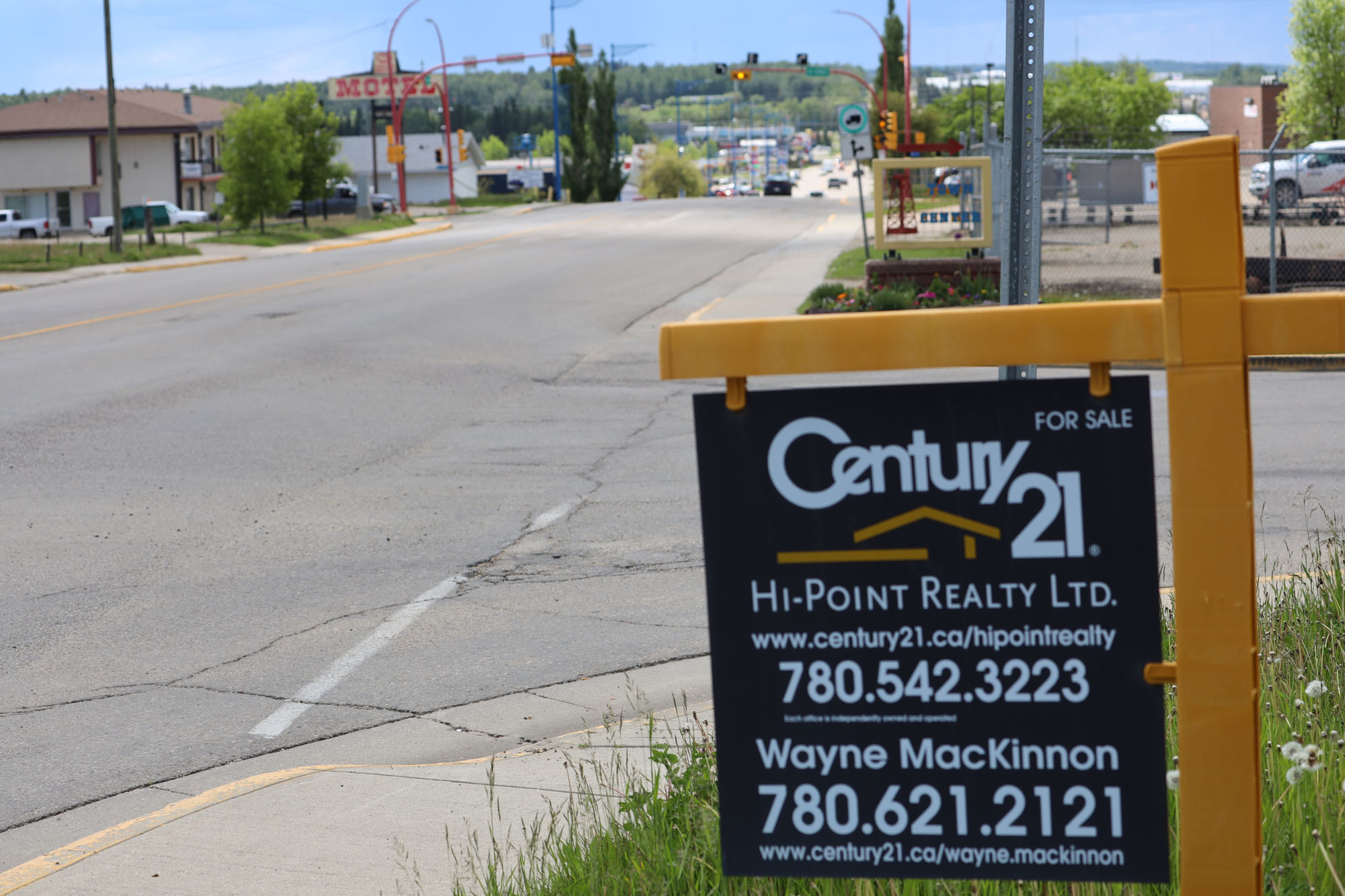 In the past two weeks, two businesses in Drayton Valley have closed. Other businesses and homes are up for sale as some people feel they have no other choice than to leave. (Kory Siegers/CBC)
