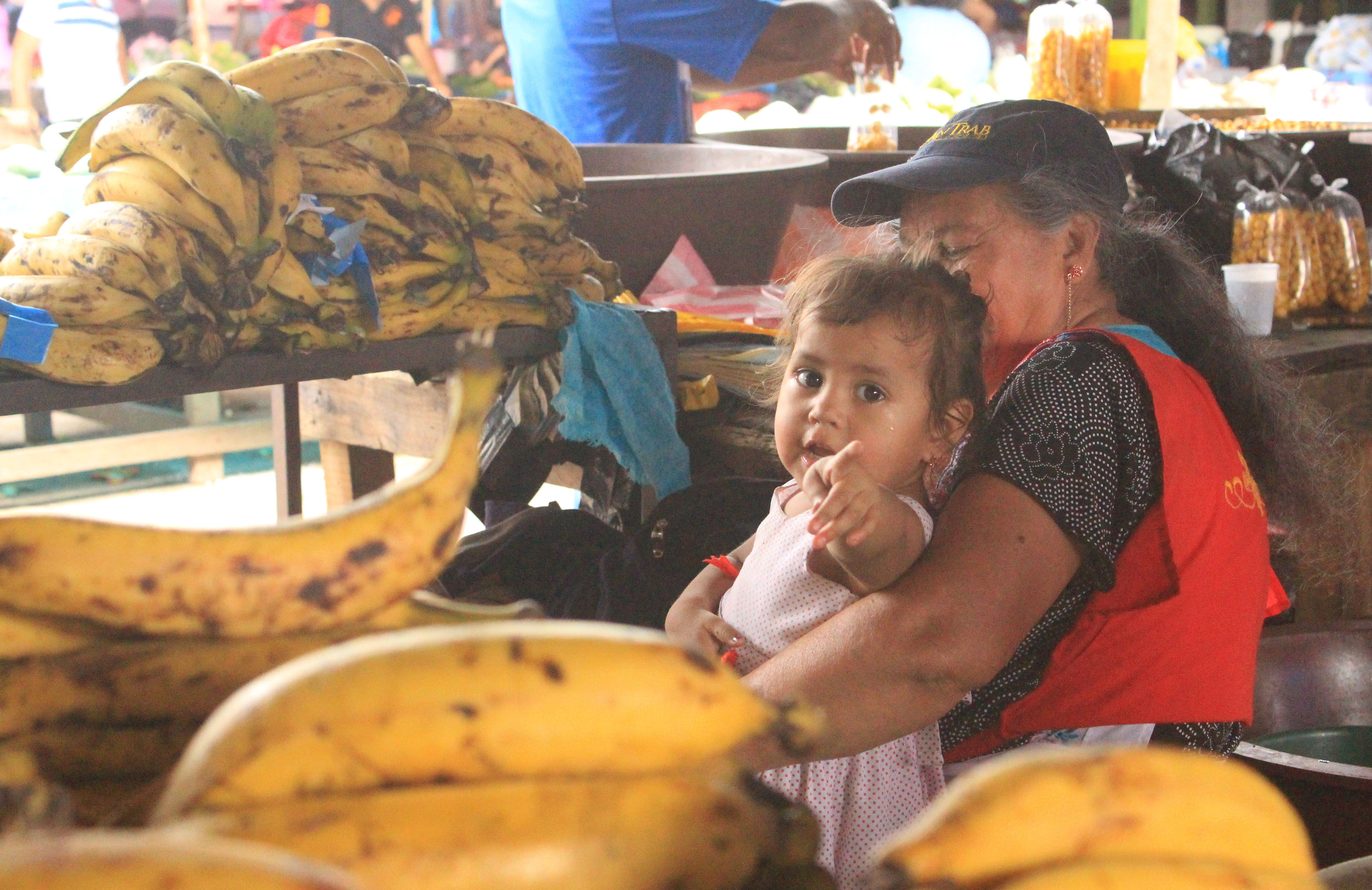 A toddler in El Mayoreo, Tegucigalpa's farmers market. (María José Burgos/CBC)