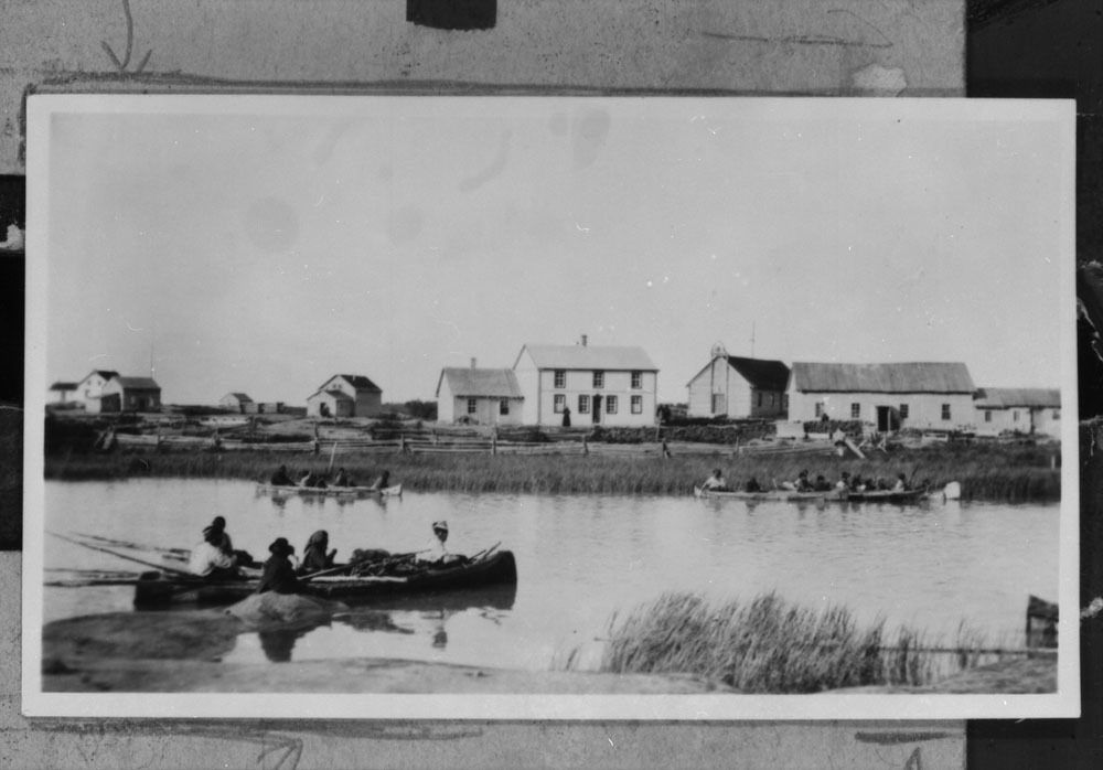 A view of Fort Rae on Great Slave Lake in the 1920s. Despite some limited white settlement in the North, Canada became interested in making a treaty with the Dene only when oil was discovered in the Mackenzie Valley. (Library and Archives Canada/PA-043159)