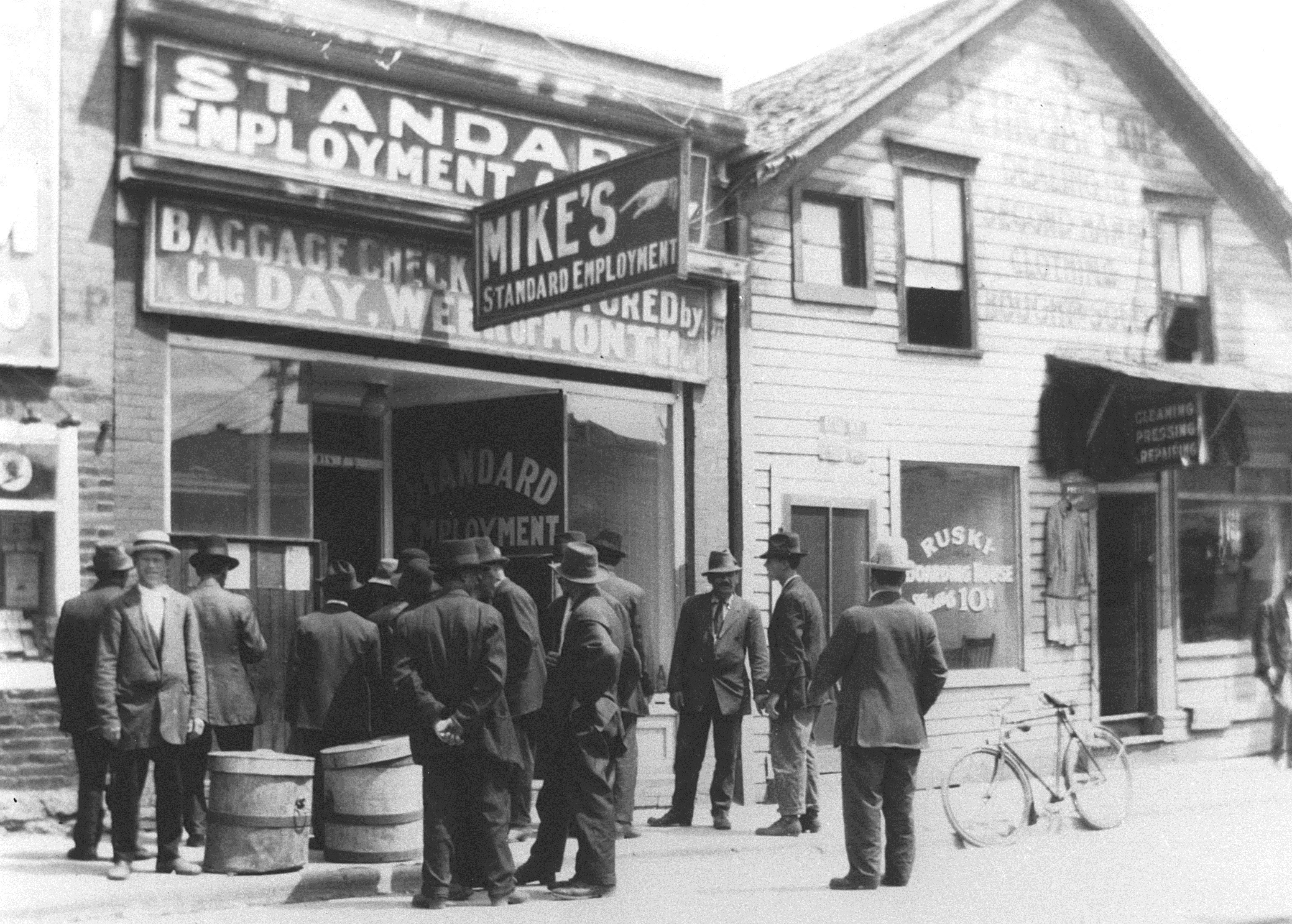Immigrants looking for work line up outside Mike's Standard Employment Agency on Henry Avenue in 1910. (Archives of Manitoba)