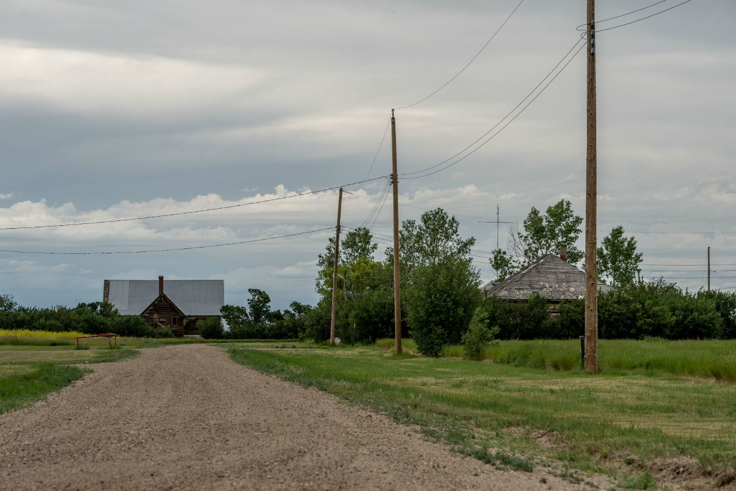 A gravel road leads to an abandoned building in Nemiskam, Alta. (Vincent Bonnay/Radio-Canada)