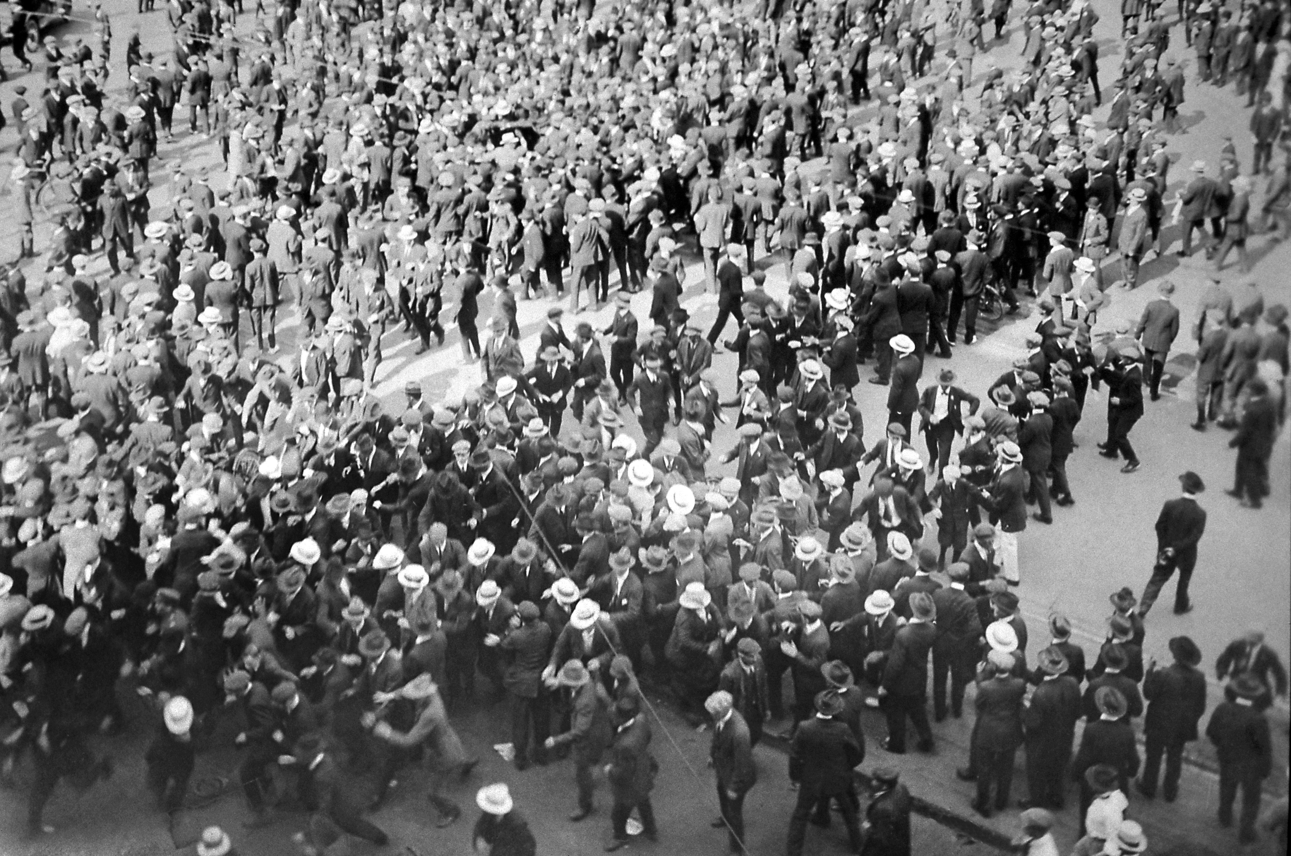 Groups clash on June 14, 1919, during the Winnipeg General Strike. (Foote collection/Archives of Manitoba)