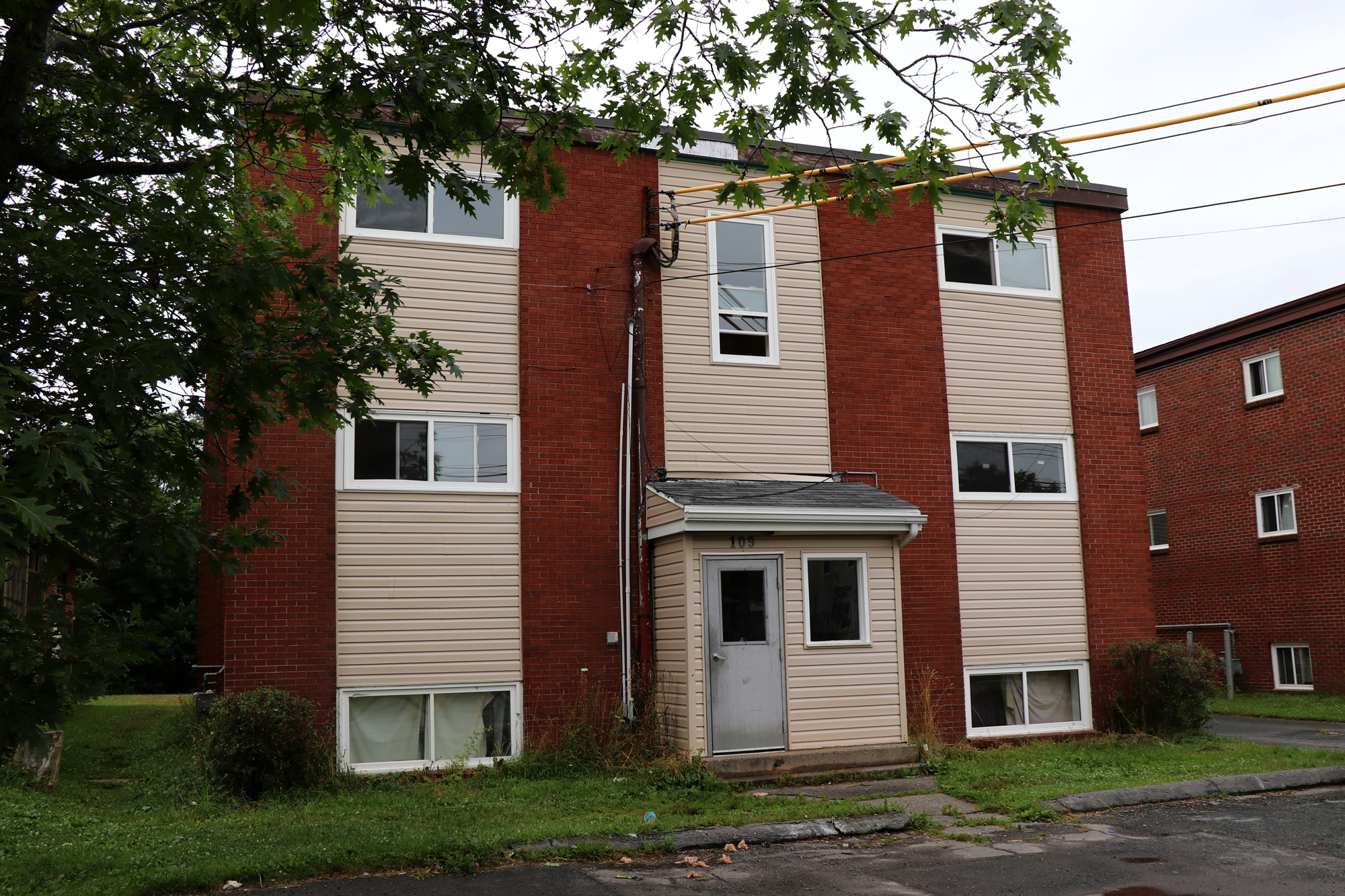 In November 1995, Brenda Way was found dead outside this low-rise apartment building in Dartmouth. (Robert Guertin/CBC)