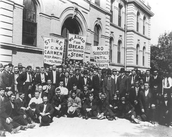 Striking Canadian National Railway carmen demonstrate at the legislature in 1914. (Foote collection/Archives of Manitoba)