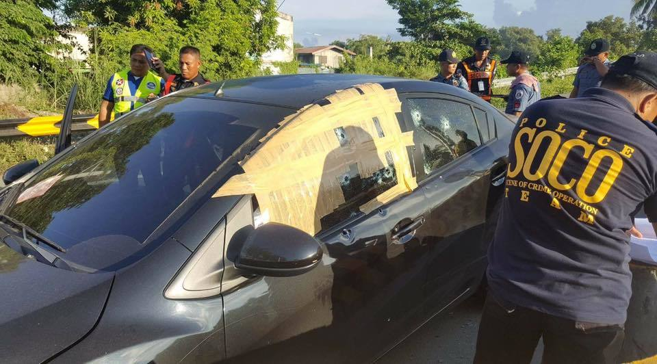 Philippine police examine INC critic Jose Fruto's bullet-ridden car. (Rappler)