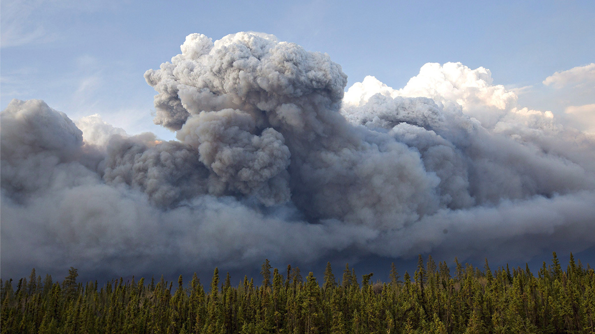 Fire on Fort McMurray's horizon. (Jason Franson/Canadian Press)