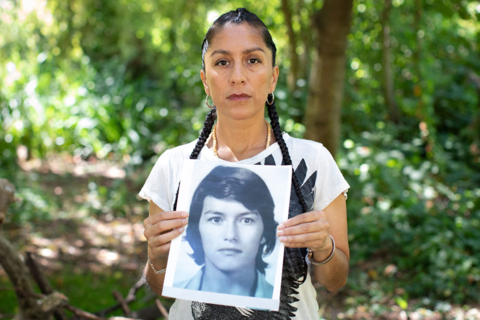 Wendy Mendez, holding a picture of her missing mother. (Maggie MacPherson/CBC)