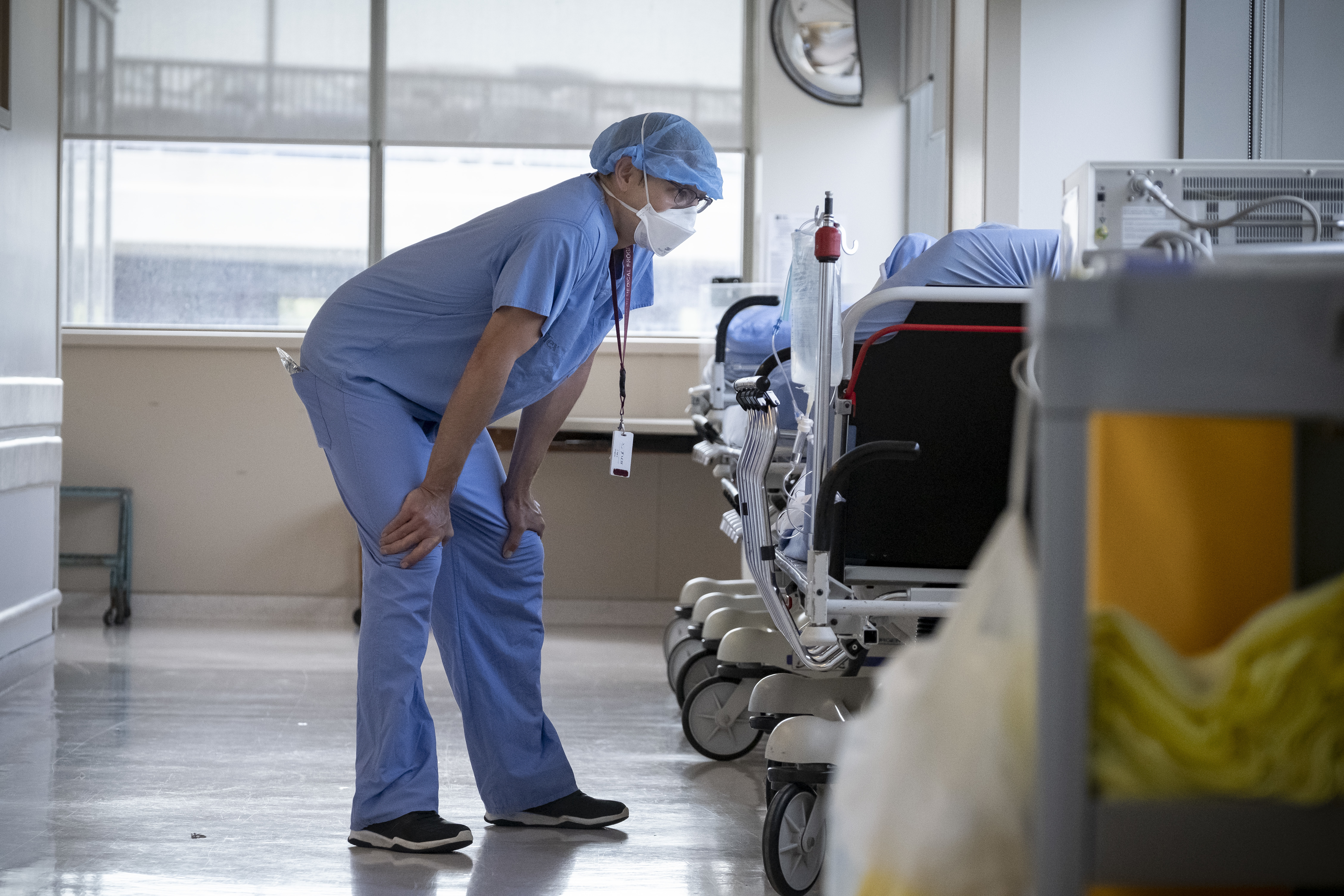Anesthesiologist Rolf Gronas checks in on a patient. (Evan Mitsui/CBC)