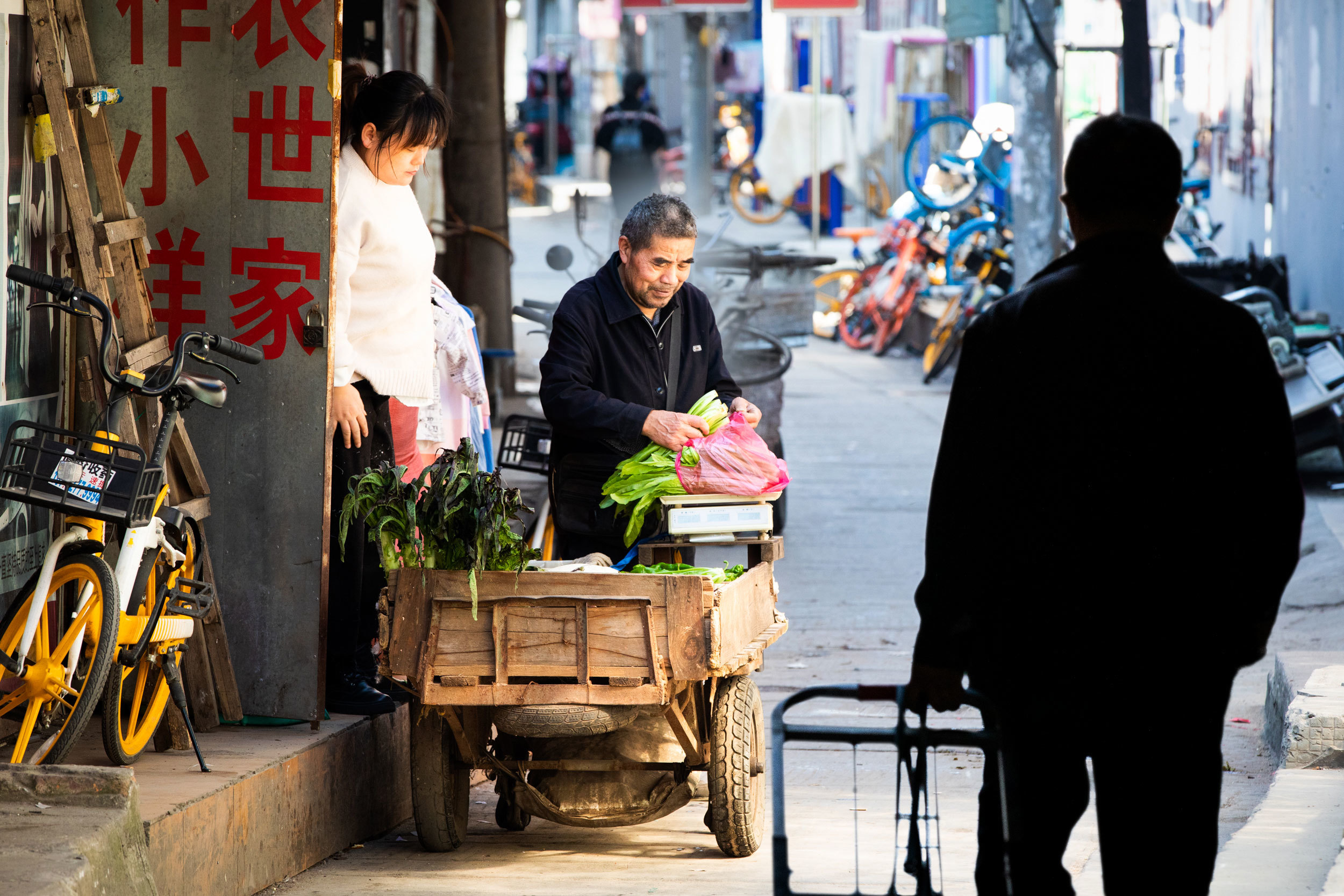 Restaurants and street kiosks are serving up Wuhan's famous breakfasts, lunches and fried noodles again. While masks seem like a forgotten relic in the back lanes of the city's garment district, there are still signs of anxiety about COVID-19. (Saša Petricic/CBC)