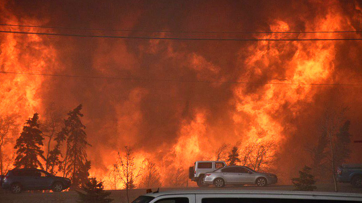 A wall of fire in Fort McMurray. (Terry Reith/CBC)